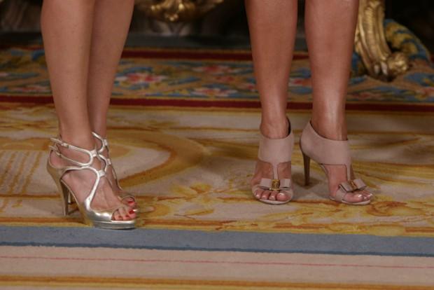 Las sandalias de Letizia (i) y las de la primera dama de Rumanía que me parecen lo más, aunque la pedicura francesa sea un poco excesiva. (GTRES)
