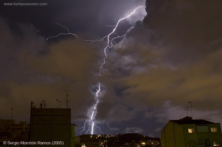 Rayo entre nubes. Foto Sergio Morchón (2005)