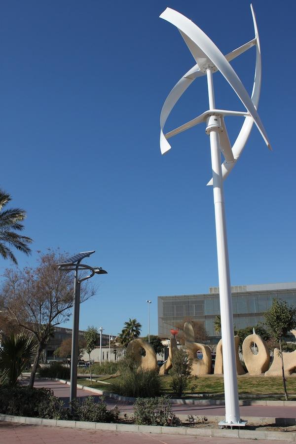 Farola fotovoltaica y farola eólica en Málaga. Foto cortesía Endesa.
