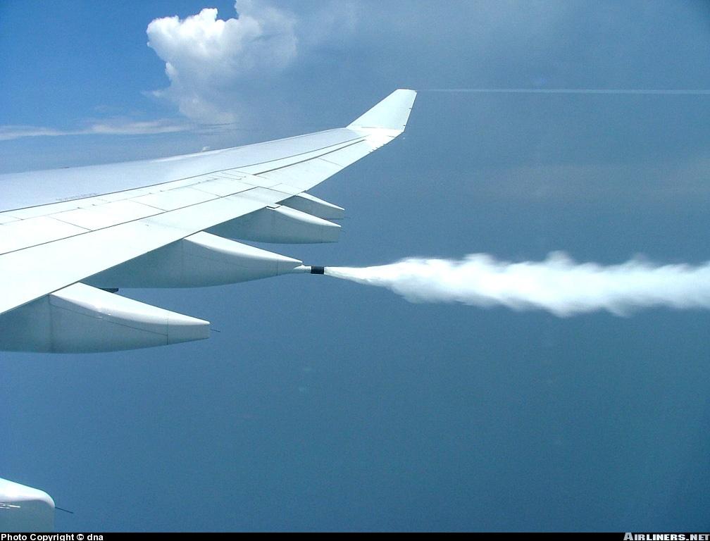 Airbus A340-642 de Cathay expulsando fuel antes de un aterrizaje de emergencia. Fuente Airliners.net