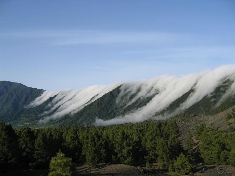 Cascada de nubes fotografiada por Fernando Bullón, en La isla de la Palma.