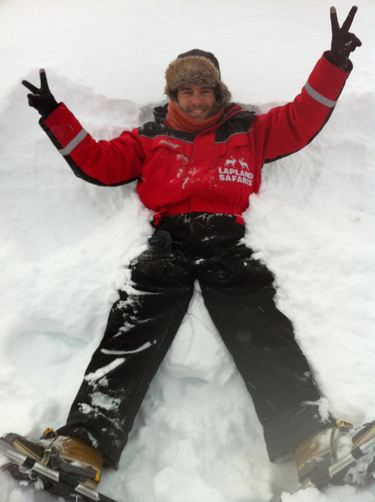 Disfrutando del más de metro de nieve en el bosque de Saariselkä