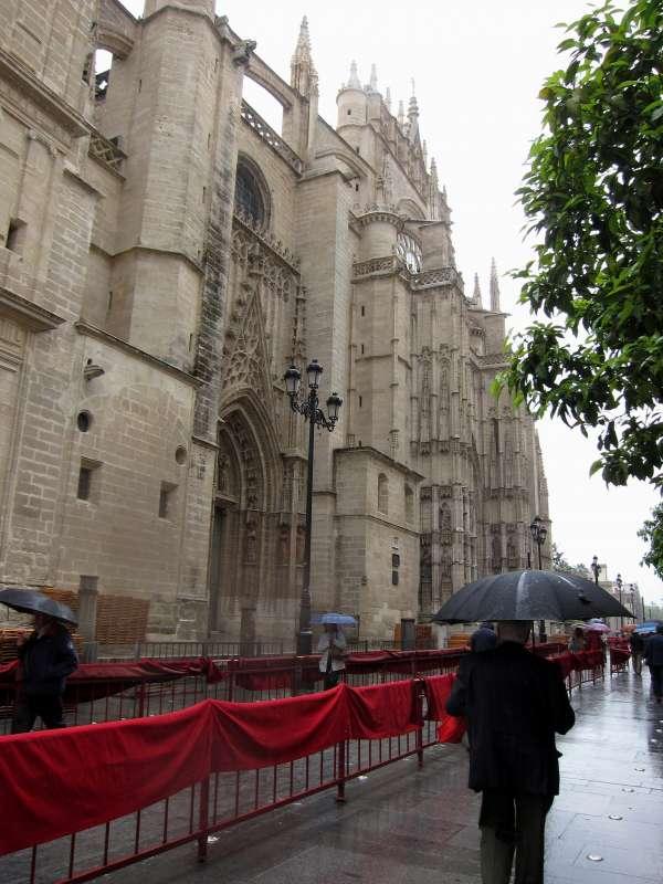 La Catedral de Sevilla en Semana Santa, bajo la lluvia. Foto: EUROPA PRESS