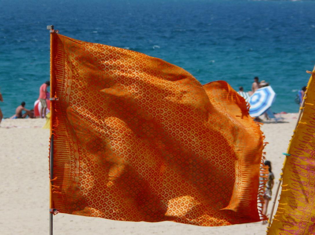 Bandera ondeando al viento en la playa de Bolonia, Cádiz. Foto Emilio Rey.