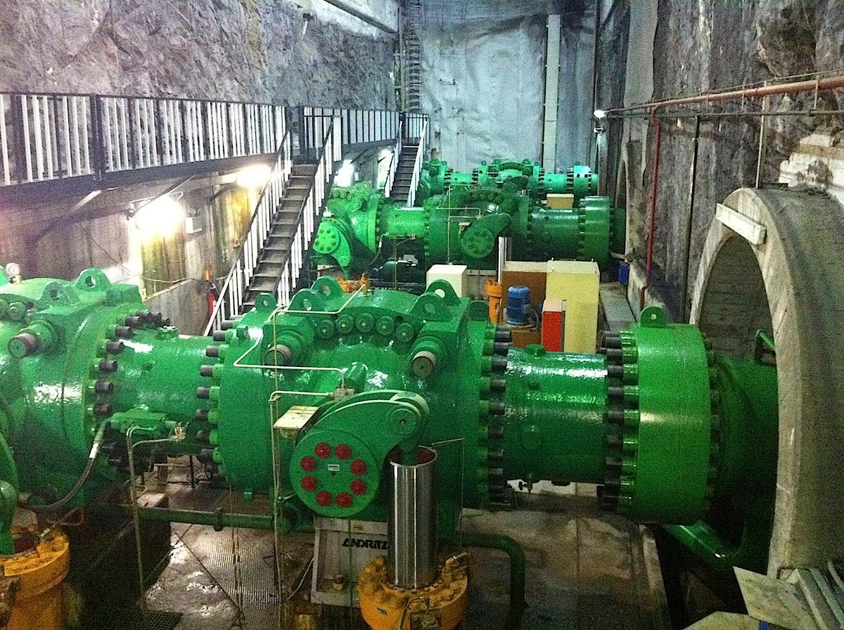 Las tres válvulas de entrada a las tres máquinas (turbinas o bombas)