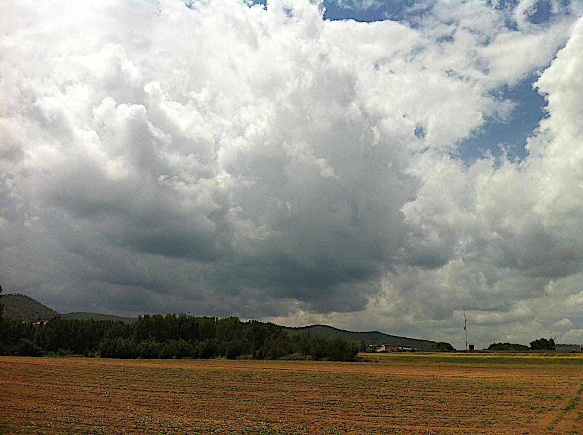 Primeras nubes, aún muy al oeste, cerca de Brihuega. Foto Emilio Rey.