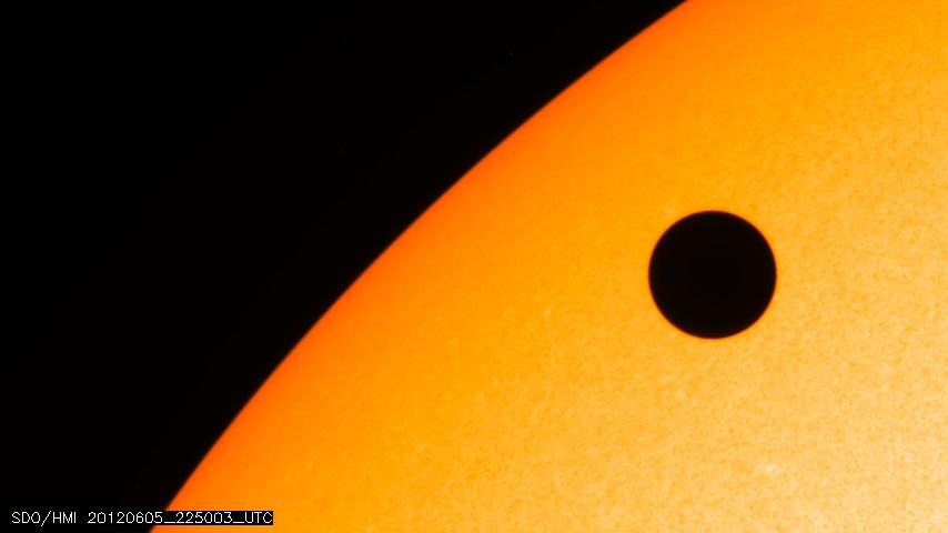 Venus cruzando el Sol de izquierda a derecha. Fuente NASA.