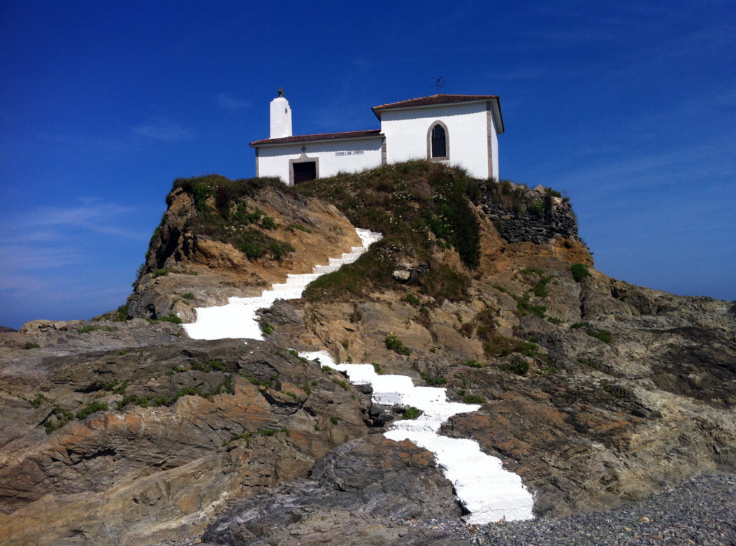 Ermita de la Virxe do Porto, con un cielo azul maravilloso