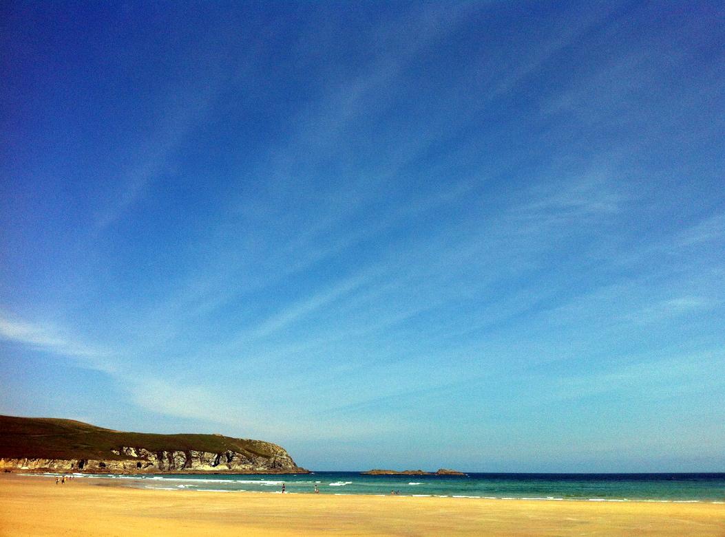 La Playa de Pantín, surfera por antonomasia, y unos tenues cirros