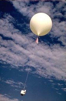 Globo sonda meteorológico subiendo hacia la estratosfera