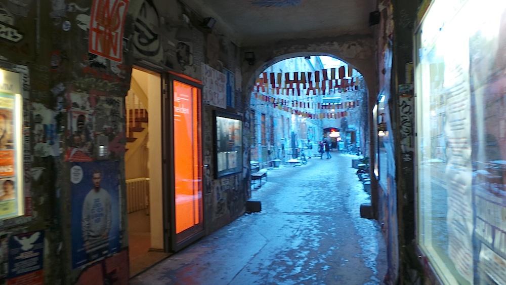 Un típico pasadizo berlines, con abundante graffiti. Foto ER.