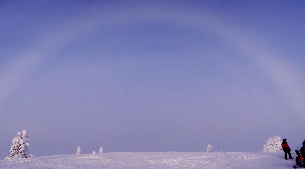 En la cima de Kaunispaa también nos acompañó el arco blanco. Foto ER.