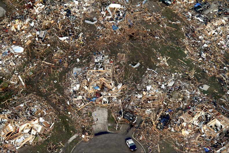 Destrucción absoluta en Moore, OK. Esos daños son EF5. Foto Steve Gooch / AP