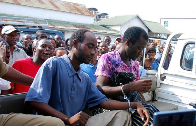 Steven Monjeza y Tiwonge Chimbalanga llegan al juzgado en Blantyre, Malawi (foto: Reuters)