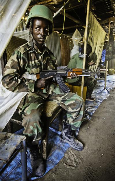 Soldado de la Unión Africana en el último puesto de lucha de Mogadiscio contra Al Shabab. Foto: Hernán Zin. 2010.