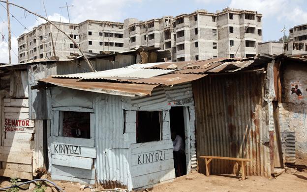 Los primeros edificios se levantan en el centro de Kibera, el que fuera durante décadas el barrio de chabolas más grande del mundo. Enero 2013. Foto: Hernán Zin.