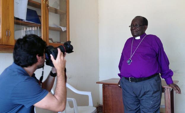 Retratando hoy en Kampala al obispo Sejonjo, religioso de a pie, ajeno al poder, comprometido con la defensa de los homosexuales. Foto: Jon Sistiaga