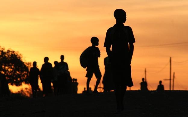 Niños huyen del LRA en la ciudad de Gulu, norte de Uganda. Año 2005. Foto: Hernán Zin