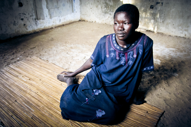 Joven víctima del LRA que fue arrancada de su familia y convertida en esclava en el norte de Uganda. Año 2006. Foto: Hernán Zin