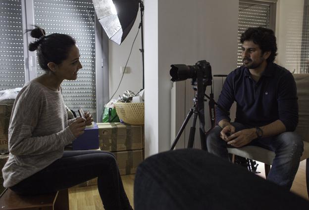 Entrevista a Mayte Carrasco en su casa de Madrid. Nos muestra un recuerdo de la guerra de Georgia. Marzo 2013. Foto: Alberto Rojas.