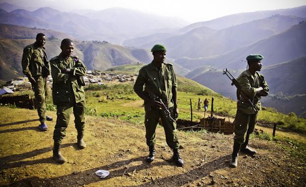 Soldados del Ejército del Congo en patrulla en minas de coltán en Maroc, Kivu Sur. Foto: Hernán Zin.