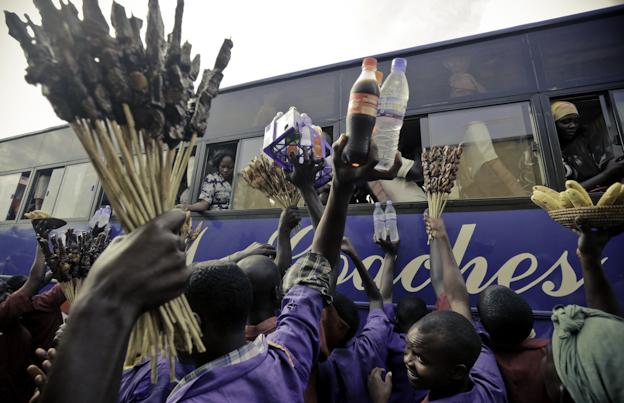 Vendedores ambulantes luchan por colocar sus productos en Kampala. El ascenso de la clase media ha disparado el consumo en Uganda. Febrero 2013. Foto: Hernán Zin.