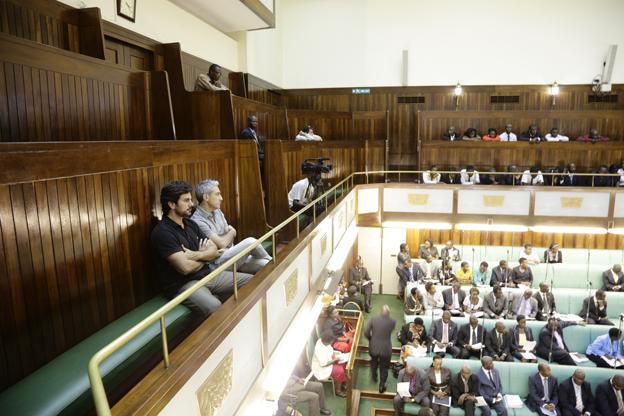 Con Jon Sistiaga en el Parlamento de Uganda, donde se debate la Ley Antihomosexual, que establece severas penas para gays y lesbianas. Febrero 2013.