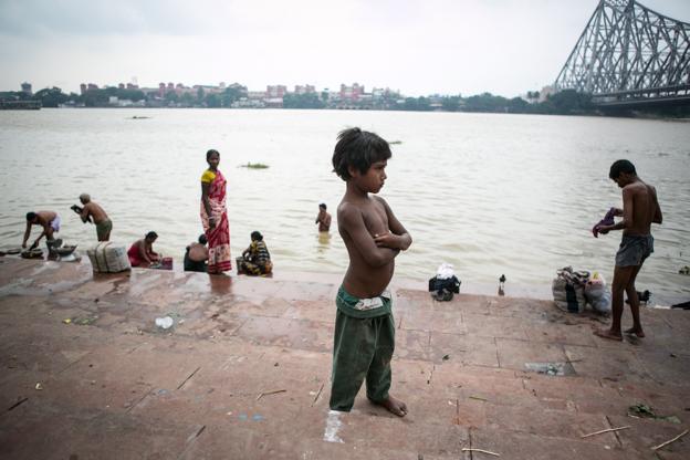 Niño de la calle junto al Ganges a su paso por Calcuta. Septiembre 2013. Foto: Hernán Zin.