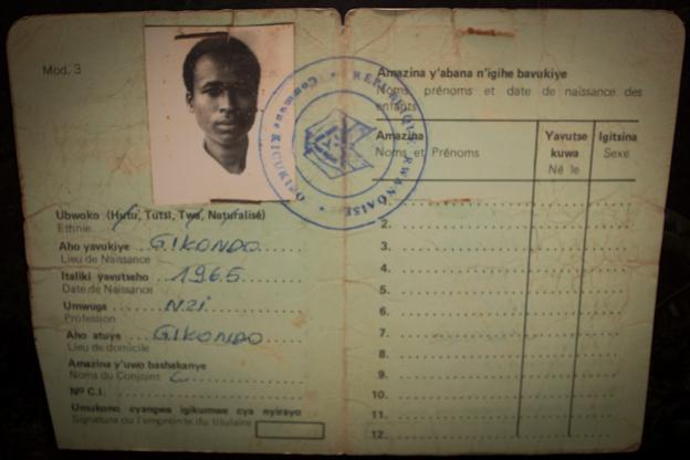 Carné de identidad de ciudadano ruandés en el que se lo identifica como tutsi. Museo del Genocidio. Murambe, Ruanda. Foto: Hernán Zin