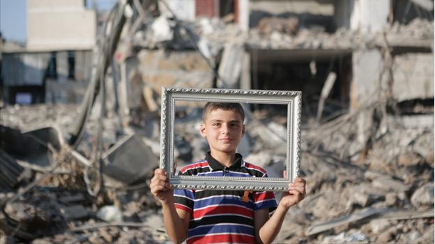 """Udai, frente a su casa destruida en Gaza durante la última ofensiva israelí en la franja y protagonista del documental """"Nacido en Gaza"""" (Foto: Hernán Zin)"""
