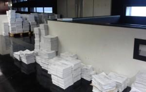 Montañas de papel a la entrada de la sala de prensa del PE de Bruselas. (N. S)