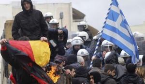 Quema de una bandera alemana en Grecia