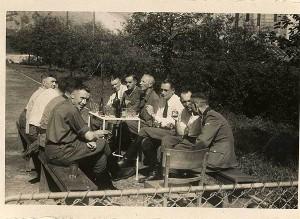 Los jefes del campo de de Auschwitz, tomando un refrigerio (Museo del Holocasuto )