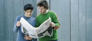 Dos jóvenes leen el periódico (GTres)
