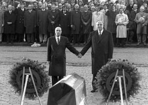 Mitterrand y Kohl, de la mano en Verdún, en 1984. (http://iconicphotos.wordpress.com)