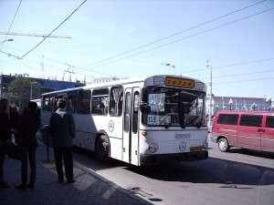 Un autobús en una plaza de Kaliningrado (Irina Yakubovskaya)