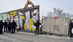 Reparaciones en el Muro de Berlín. (EFE)