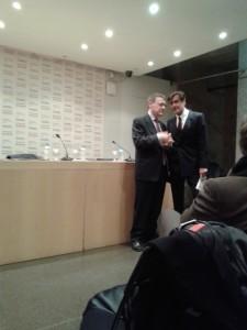 Jordi Sevilla (izq) y Juan Fernando López Aguilar, charlando antes del comienzo del acto (N.S).