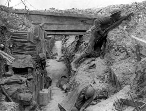 Un soldado en una trinchera en la Primera Guerra Mundial (John Warwick Brooke).