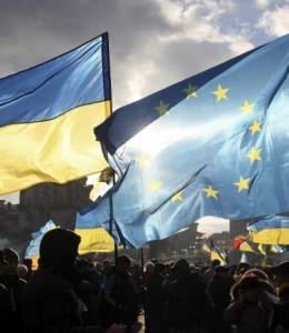 Dos banderas, una ucraniana y otra de la UE, durante las protestas en Kiev (EFE)