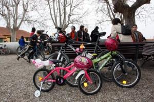 Participantes en una marcha reivindicativa hacen una pausa en su recorrido en bicicleta (EFE).