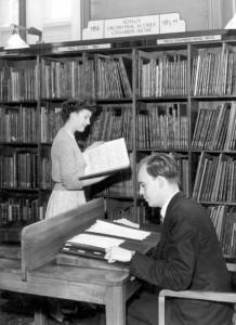Una sala de una biblioteca musical de Leeds en la década de los cincuenta (Europeana)