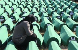 Una mujer, en el aniversario de la matanza de Srebrenica. (EFE)
