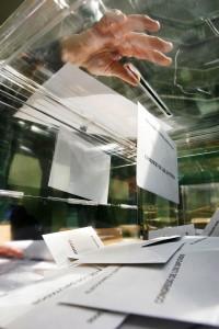 Votos depositados en una urna (EFE)