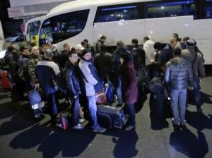 Un grupo de rumanos coloca su equipaje en un autobús que los llevará desde Bucarest hasta Bélgica (EFE).