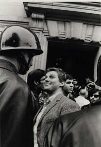 Cohn-Bendit, encarándose con un gendarme durante el mayo parisimo (prodavinci.com).