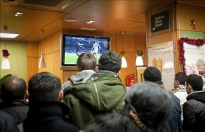 Espectadores viendo un partido de fútbol (EFE).
