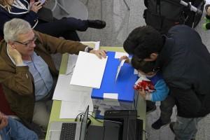 Urna en un colegio electoral de Cataluña este domingo pasado. (EFE)