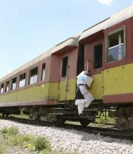 Una mujer se sube a un tren en marcha en Albania (EFE)