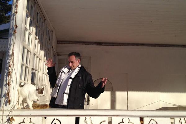 Daniel Utrilla, asomado al balcón de la casa de Tolstói en Yásnaia Poliana (IMAGEN: Anastasia Laukkanen)